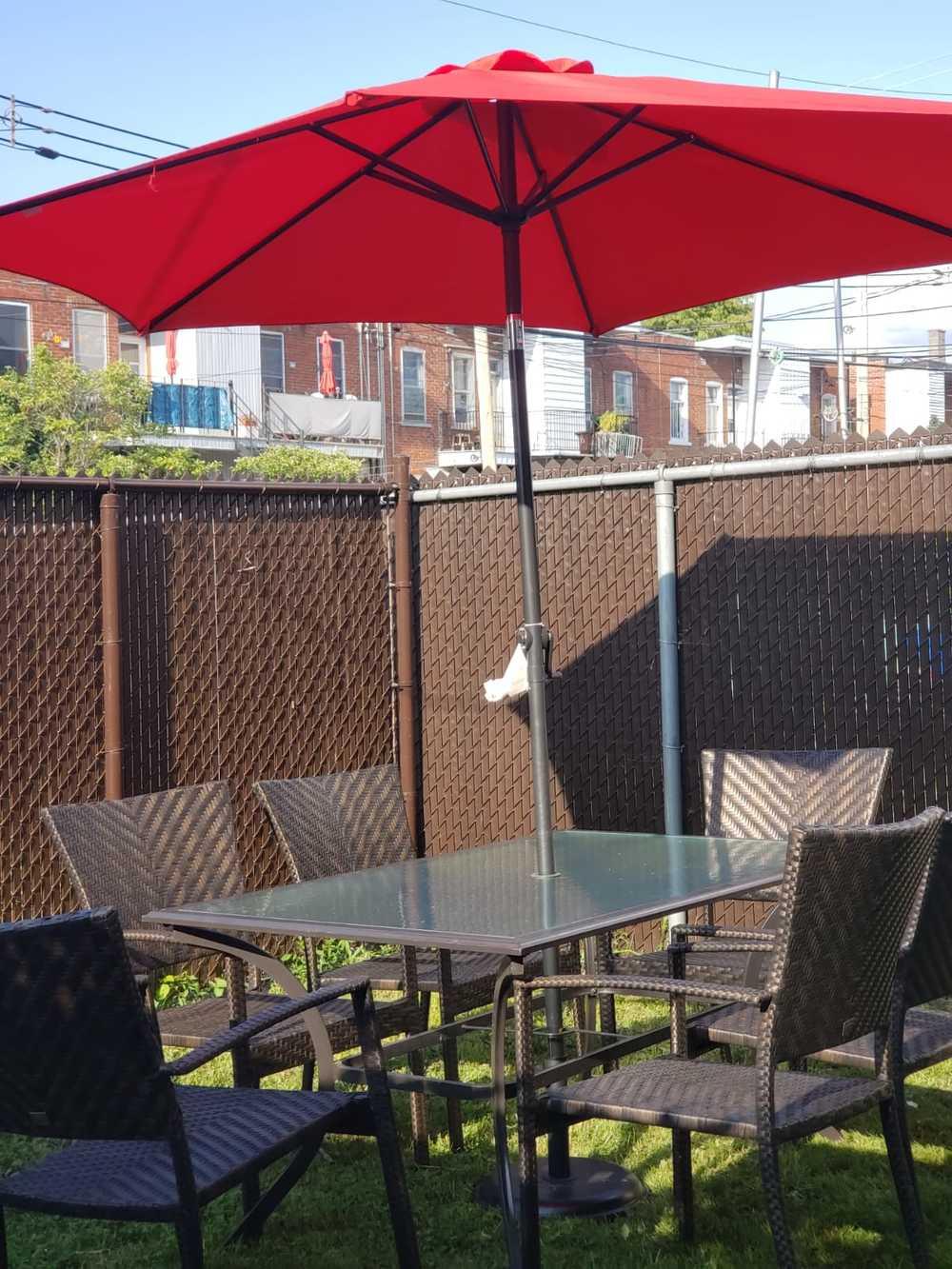 09 table avec parasol dans la cours priv e 002