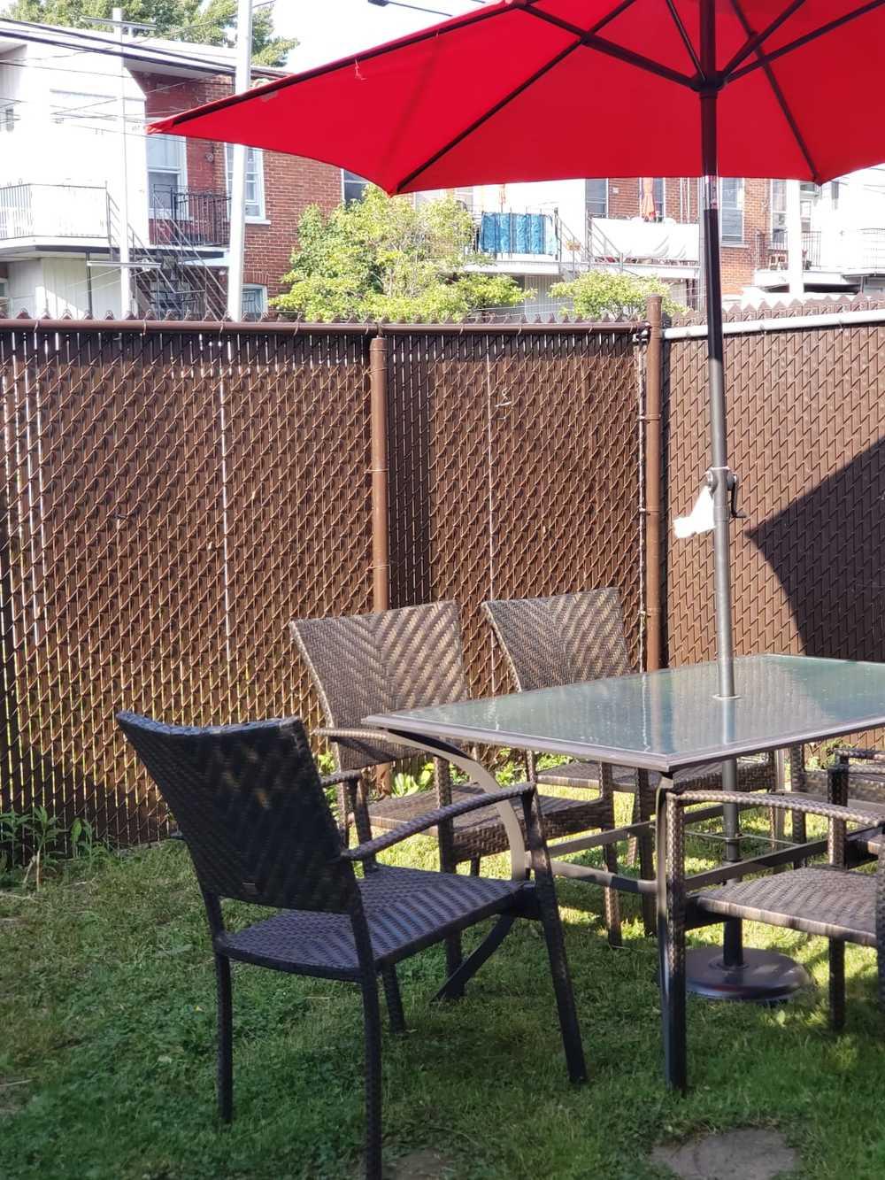 10 table avec parasol dans la cours priv e 001
